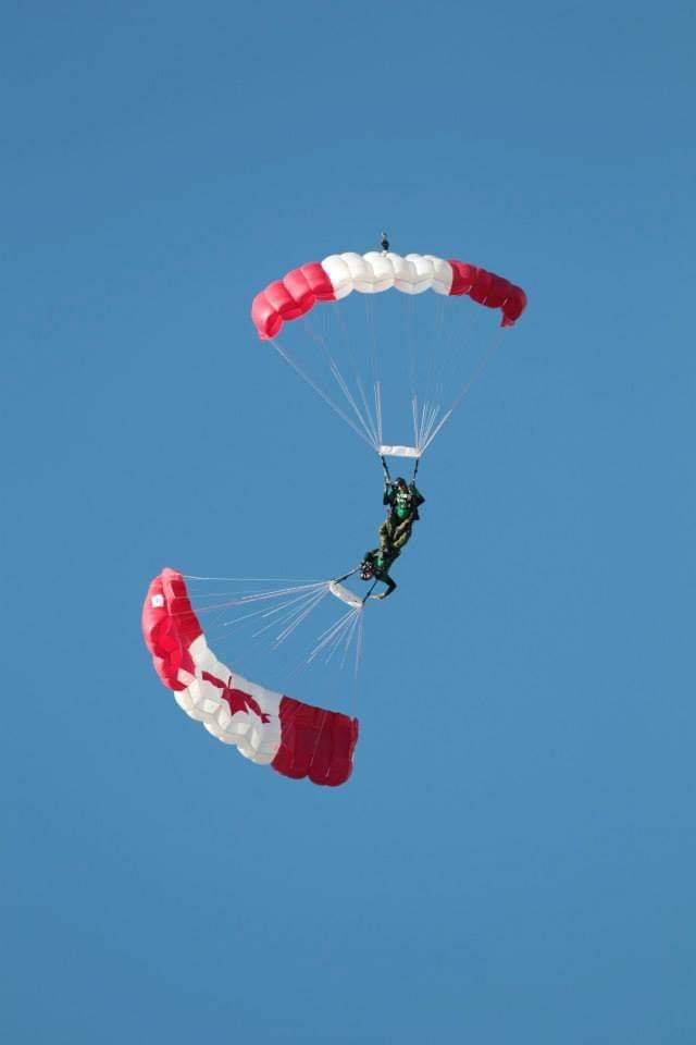 Mathieu Lebel et un collègue des SkyHawks effectuant une figure en saut en parachute aux couleurs du drapeau canadien.