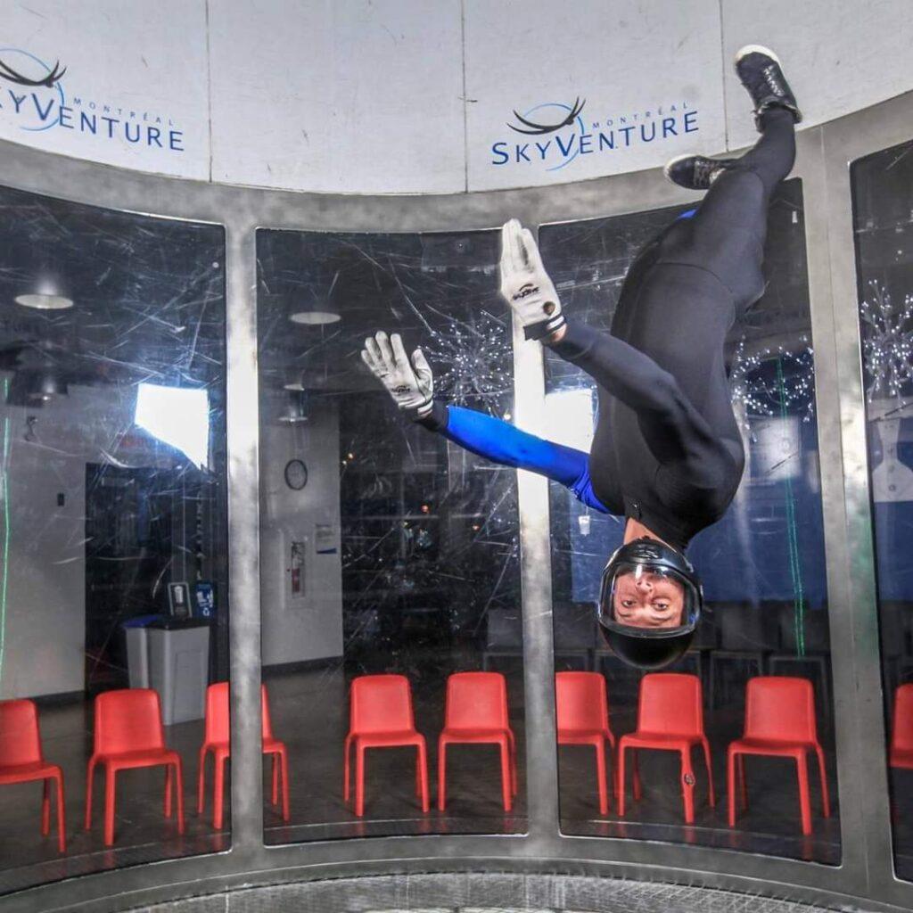 Mathieu Lebel la tête en bas dans la soufflerie du SkyVenture Montréal.