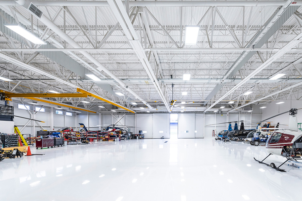 Rangées d'hélicoptères stationnés dans le hangar du Complexe Capitale Hélicoptère