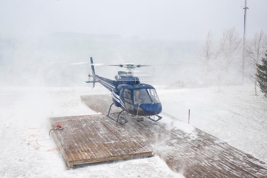 Hélicoptère Airbus AS 350 B2 à Manouanis en en train d'effectuer un décollage en hiver.