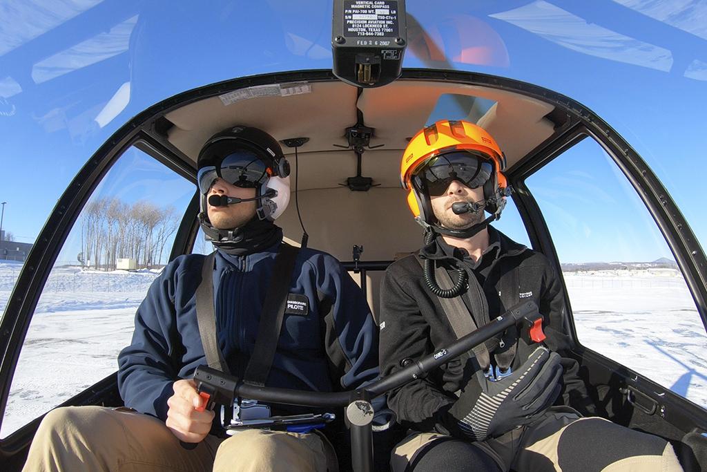 Étudiant et instructeur dans un hélicoptère en hiver
