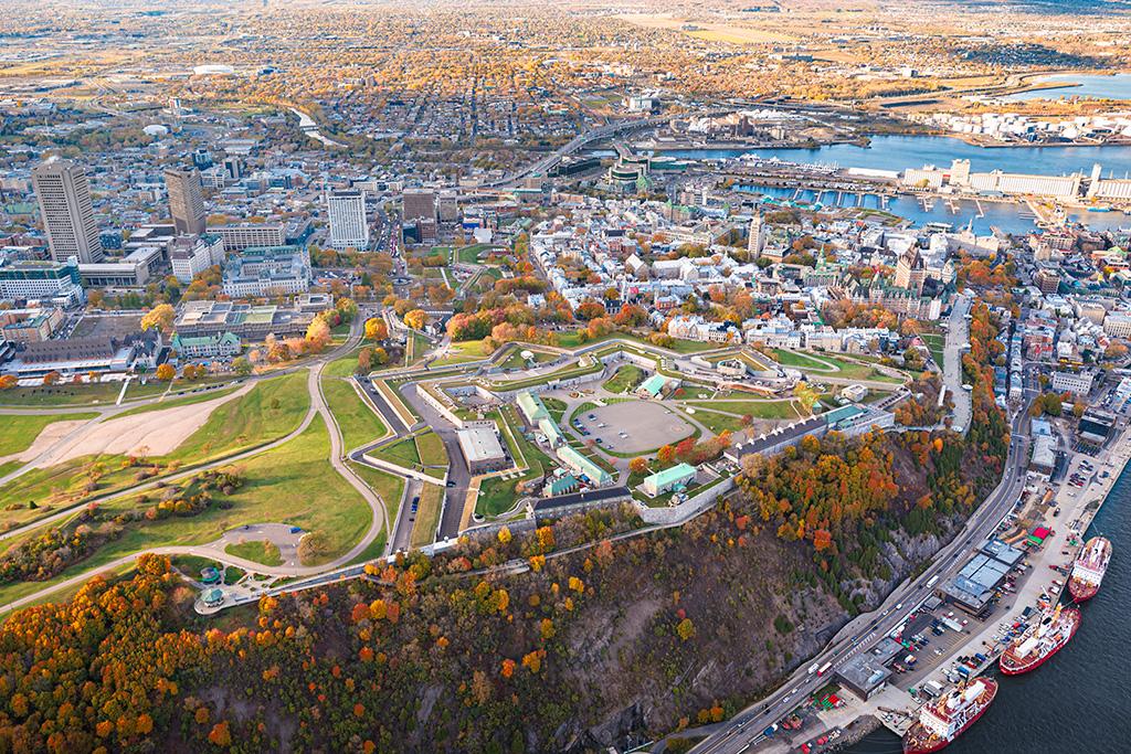Vue des airs de la Citadelle de Québec en automne.