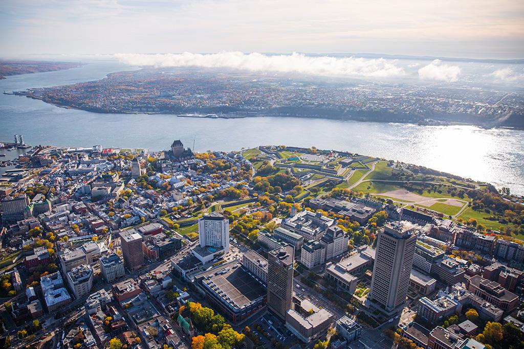 Vue aérienne de la ville de Québec donnant sur le fleuve Saint-Laurent et la Rive-Sud.