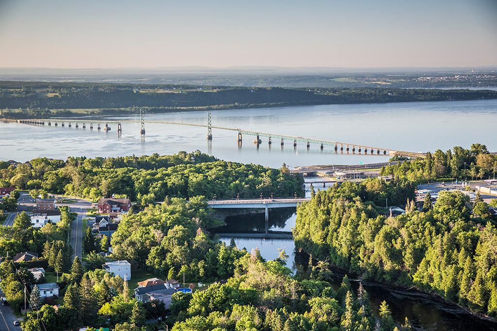 Le pont de l'île d'Orléans vu de la Chute Montmorency.