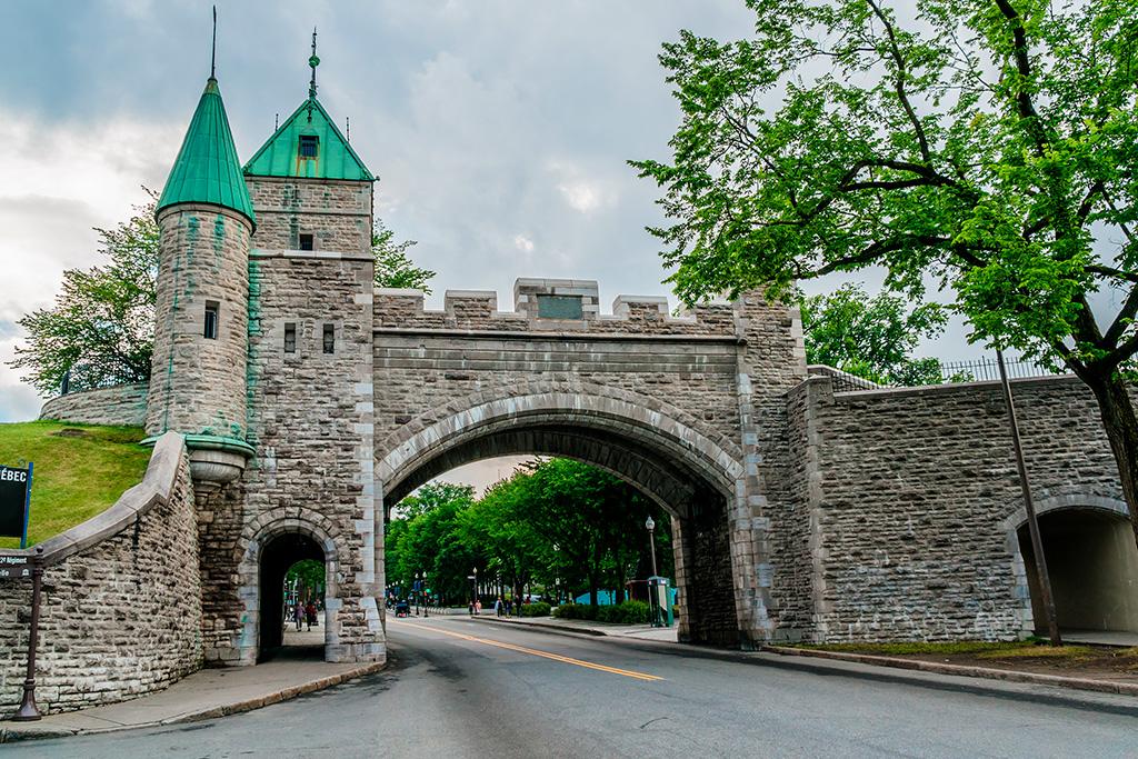 La porte Saint-Louis des fortifications de la ville de Québec vue de l'intérieur.