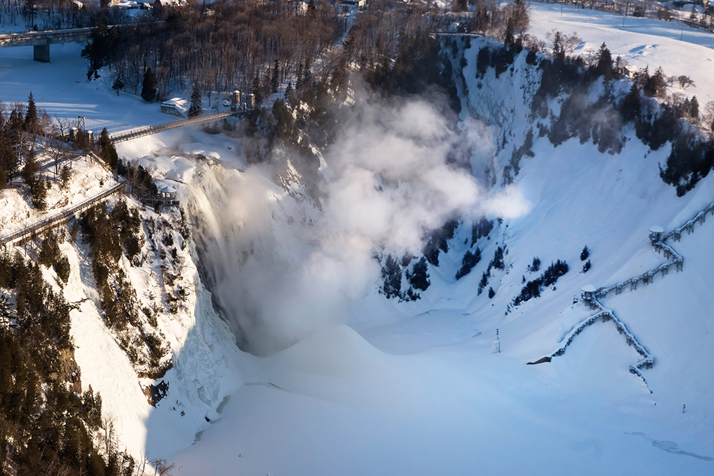 Chute Montmorency vue des airs en hiver.