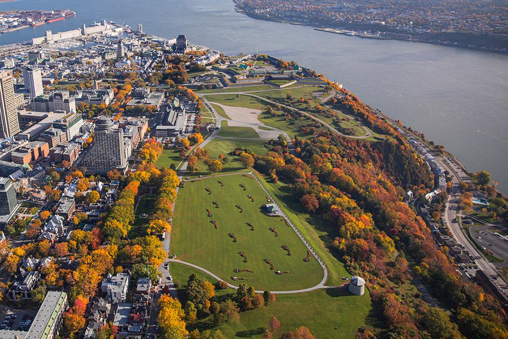 Activités familiales à Québec : Les plaines d'Abraham vues des airs en automne.