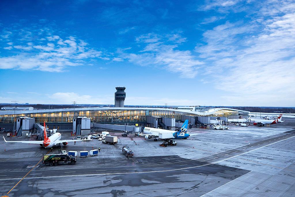 Quelques avions au sol à l'Aéroport international Jean-Lesage de Québec.