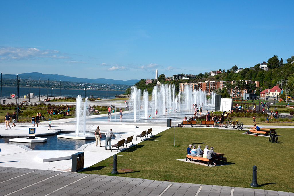Le Quai Paquet est aménagé avec une imposante fontaine de 160 jets. Titre : Le Quai Paquet
