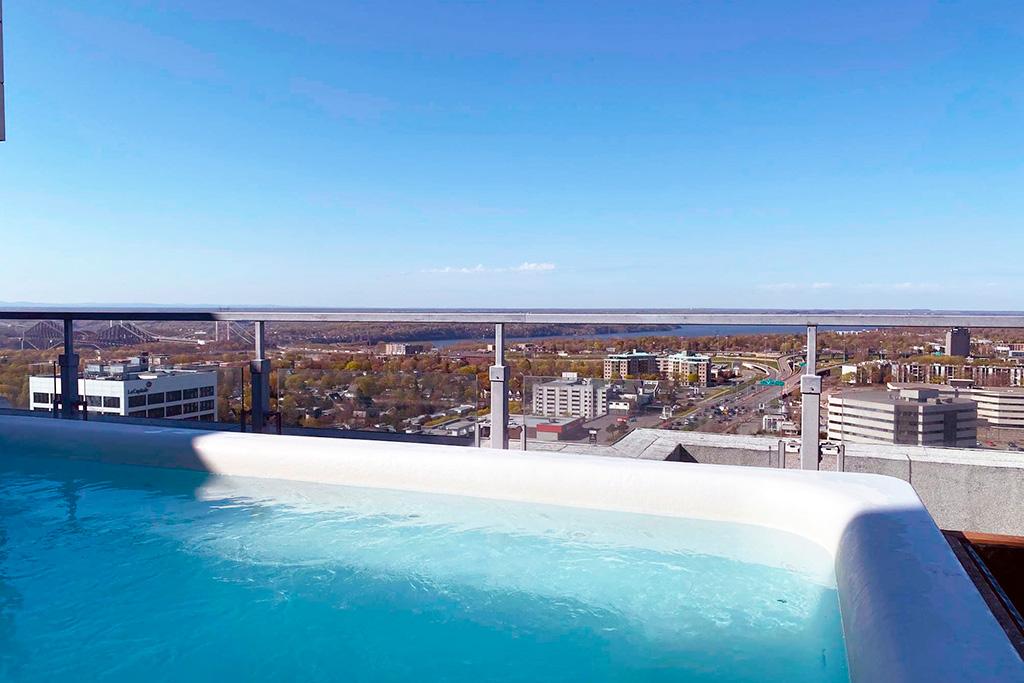 Vue de la ville de Québec à partir d'un spa sur le toit de l'édifice Jules-Dallaire.