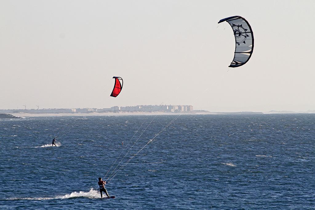 Deux personnes s'adonnant au kitesurfing, une activité adrénaline pratiquée au Québec.