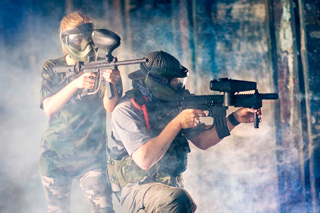 Deux tireurs de paintball dans le feu de l'action.