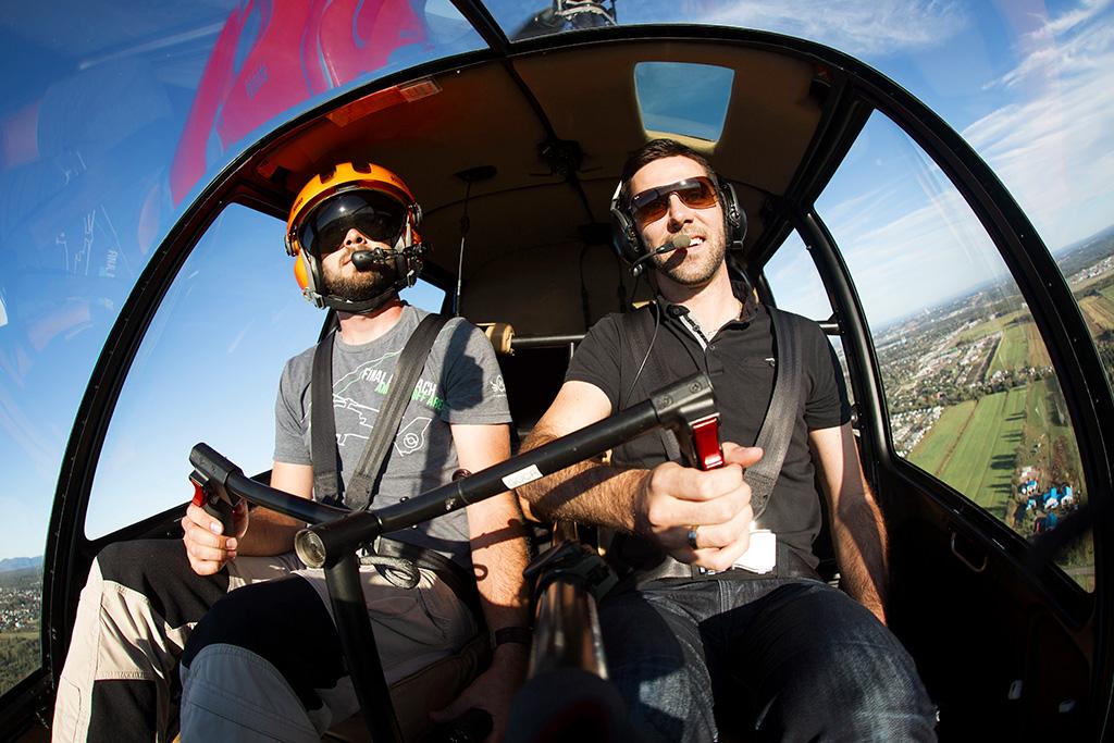 Activités adrénaline au Québec : Pilote d'un jour et pilote professionnel de GoHelico pilotant un hélicoptère.