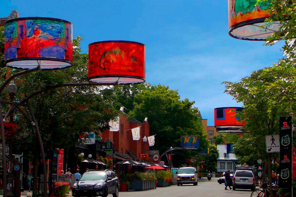 Quoi faire à Québec cet été : Admirer les abat-jours géants de l'avenue Cartier même en plein jour.
