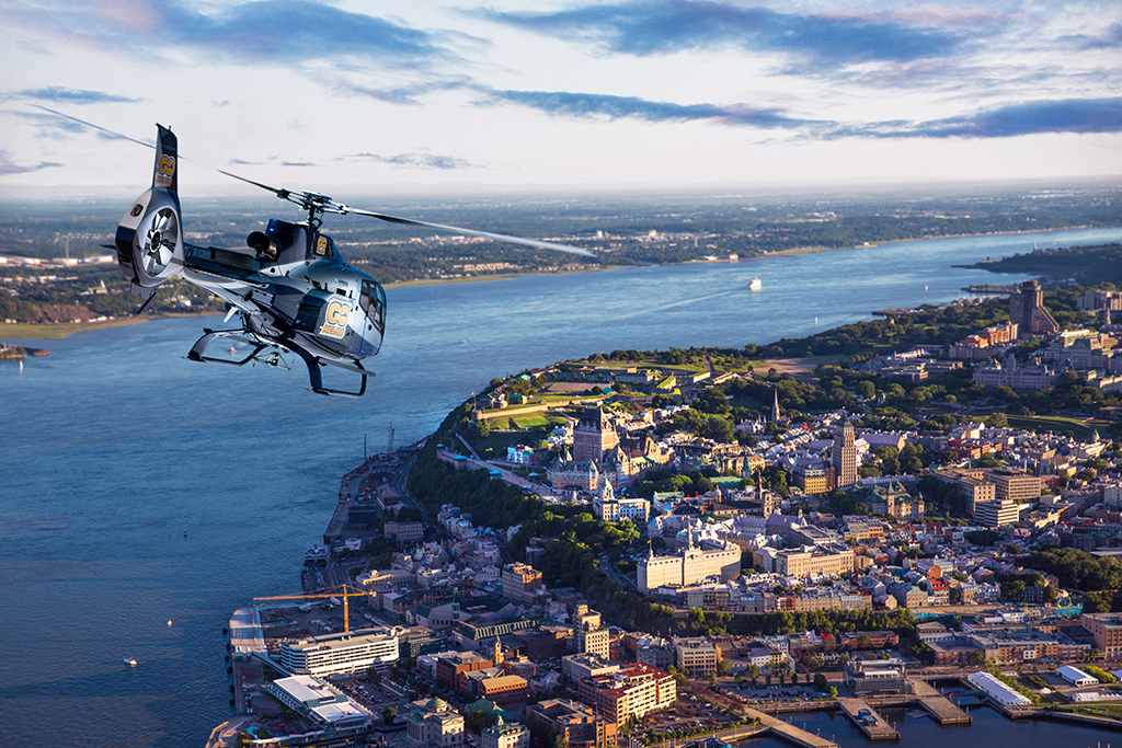 Hélicoptère de GoHelico volant au-dessus de la ville de Québec.