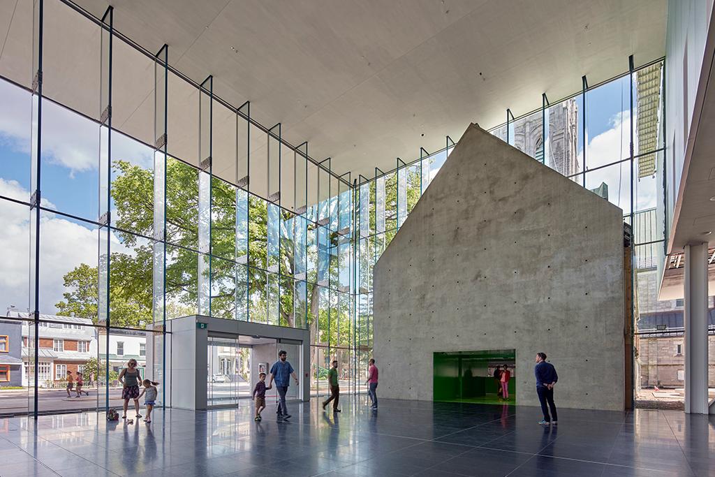 Le grand hall vitré sous porte-à-faux du pavillon Pierre Lassonde du Musée national des beaux-arts du Québec.