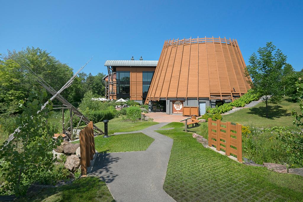 Le Musée huron-wendat en été et ses jardins cultivés qui l'entourent.