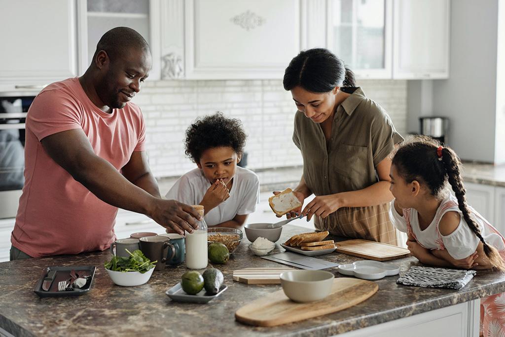 L'importance du déjeuner : Créer une routine familiale où parents et enfants préparent le déjeuner à l'îlot de la cuisine.