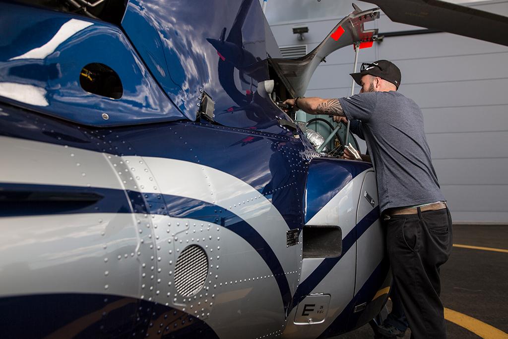 Un étudiant effectue son inspection journalière de son aéronef.