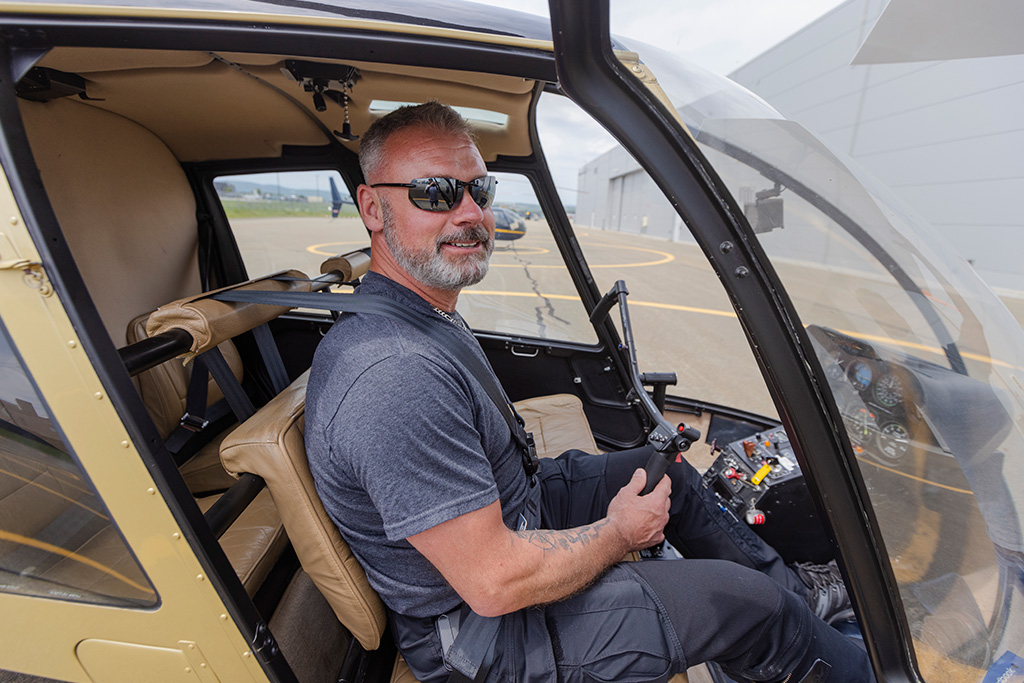 Le pilote privé Joël Mailloux aux commandes de son hélicoptère R44 posé sur le tarmac du Complexe Capitale Hélicoptère.