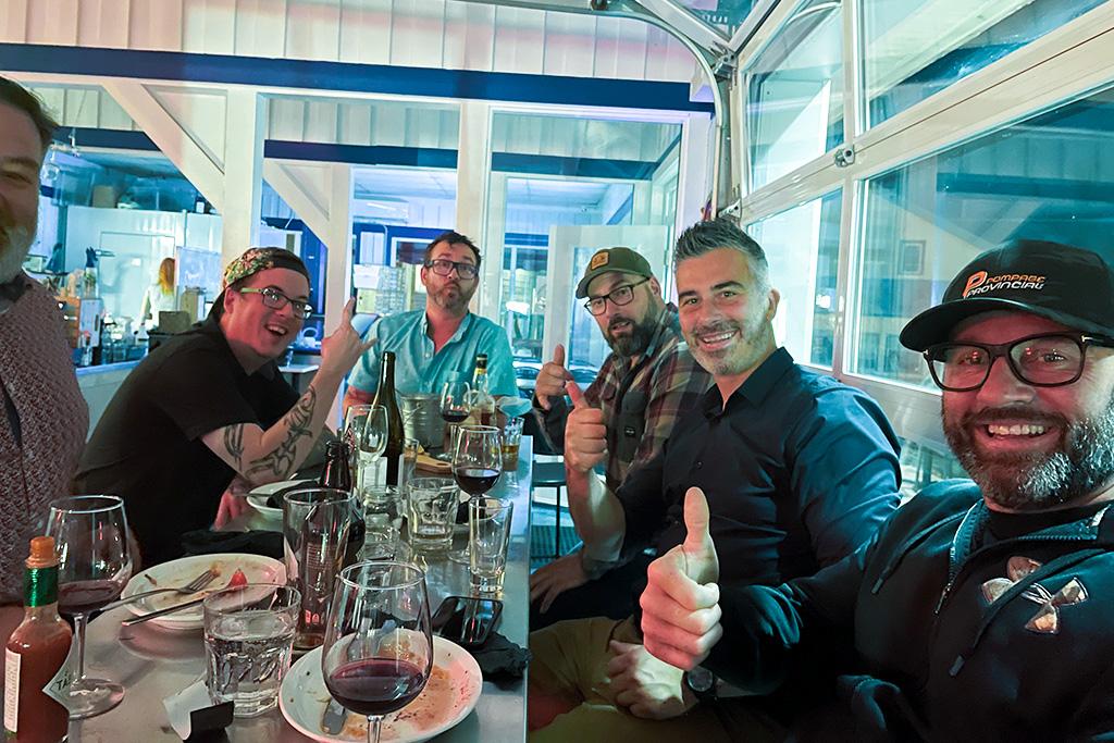 Groupe attablé au restaurant La Boîte à fruits de mer, à Percé.