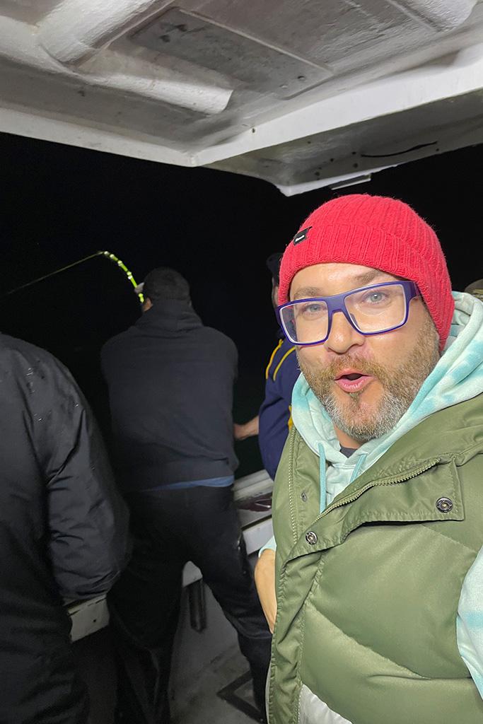 Le Chef du Resto-Bar Le Commandant Simon Fortin en pleine nuit pendant la pêche au thon alors que ça vient de mordre.
