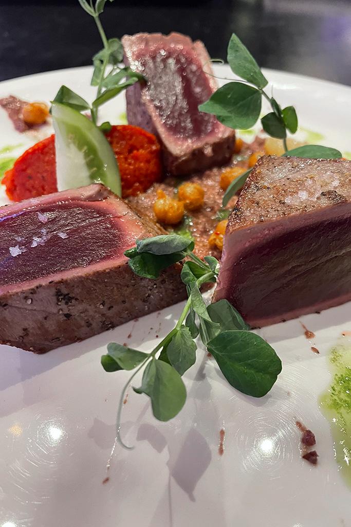 Steak de thon snacké aux parfums de Provence du Resto-Bar Le Commandant